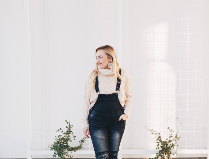 overalls fall look / mom style / best overalls for fall / fall fashion trends / chunky sweaters / rubyclaire boutique