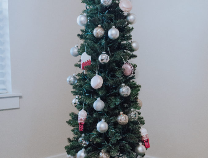 easy, inexpensive cute christmas tree for under 100 dollars that looks real and is family friendly