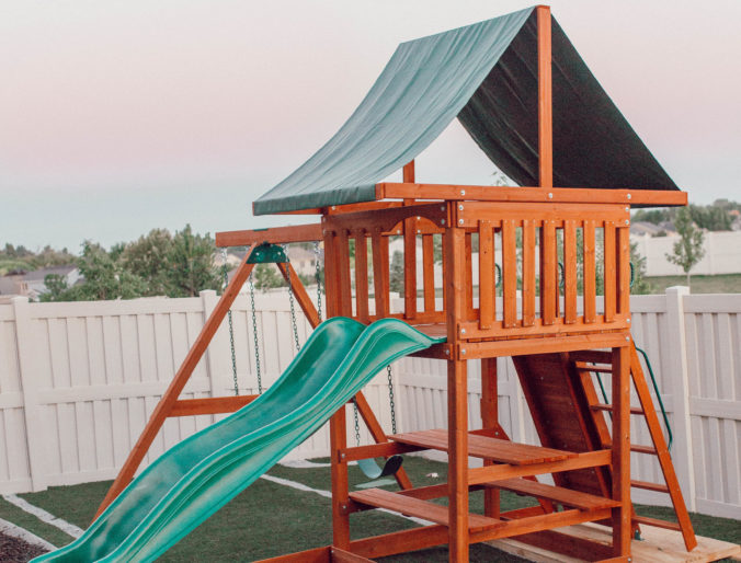 the perfect backyard play area that's DIY and affordable for toddlers and kids with turf and curbing